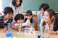 実験している日本人の小学生