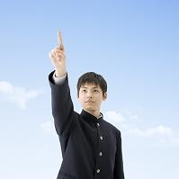 指を指す日本人男子高校生