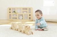 リビングで積み木で遊ぶ日本人の赤ちゃん