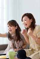 テレビを見ている日本人女性