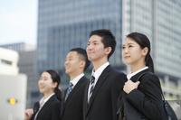 スーツを着た就活中の日本人の若者