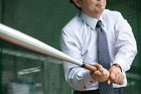 バットを振る日本人ビジネスマン