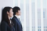 遠くを見つめる日本人のビジネスパーソン