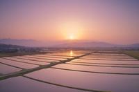 長野県 上田市 塩田平 八木沢付近の田園と烏帽子岳から昇る朝日