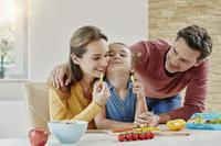 野菜を食べる外国人家族