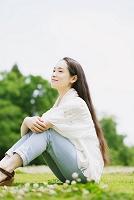 芝生の上でくつろぐ女性