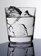 ロックグラスに入った氷と水