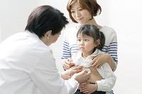 女の子を診察する日本人女性医師