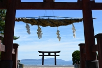 滋賀県 琵琶湖に浮かぶ白髭神社の鳥居