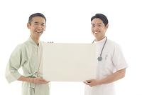 ホワイトボードを持つ男性患者と医師