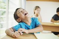 教室で笑顔の日本人の子供