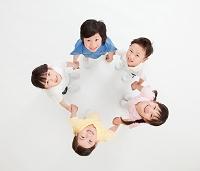 手を繋ぐ日本人の子供 俯瞰