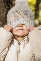 帽子をかぶる子供