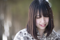 頭に雪をつけた日本人の女の子