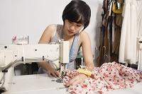 服を作るファッションデザイナー