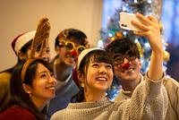 クリスマスパーティーで記念写真を撮る日本人の若者たち