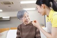 介護士さんと会話をするおばあちゃん