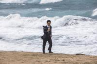 スマホを見る日本人ビジネスマン