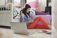 寝室で本を読む女の子