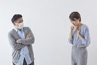 咳き込む女性と怯える男性