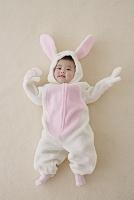 うさぎの着ぐるみを着た日本人の赤ちゃん