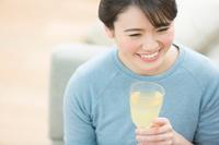 グラスを持っている日本人女性