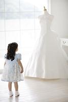 ウエディングドレスを見つめる女の子