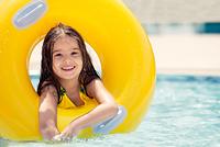 プールで遊ぶ少女 浮輪