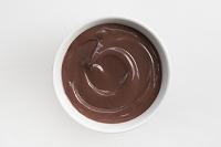 白いボウルの中のチョコレートプディング