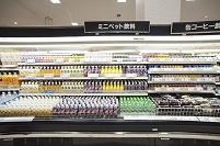スーパー - 種類の豊富な陳列棚:ミニペット飲料