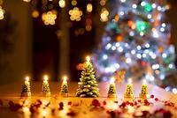 クリスマスツリーのキャンドルとイルミネーション