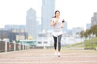 公園でジョギングする若い日本人女性