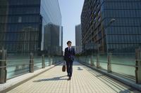通勤する日本人ビジネスマン