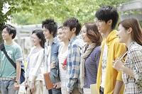キャンパスで微笑む8人の大学生