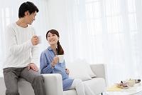 ティータイムの妊婦と夫