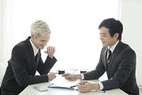 1on1ミーティングをするビジネスマン
