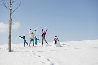 雪遊びをする家族