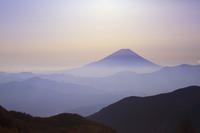 山梨県 櫛形山林道から望む富士山と山並み