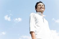 遠くを眺める日本人男性