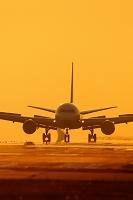 夕焼け空とボーイング767の着陸 ANA
