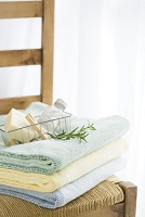 椅子の上のタオルと石鹸