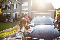 車を洗う家族