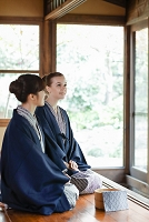 浴衣姿の外国人女性と日本人女性