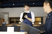 注文をとるレストランの店員