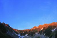 長野県 涸沢から望む朝日に染まる北アルプスの山並み