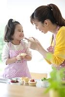 お菓子を作る母と娘
