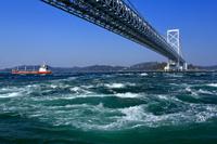 鳴門海峡の渦潮と大鳴門橋
