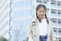 笑顔で見つめる日本人女の子