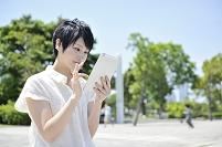 タブレットを操作する日本人女性