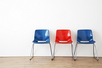 壁際に置かれた青と赤の椅子